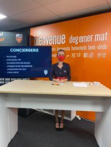 Fournisseur officiel : Hôtesse d'accueil à l'entrée des loges.